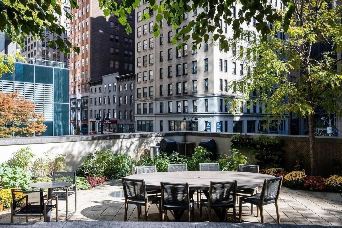 One Sixty Madison Amenities Garden with round table
